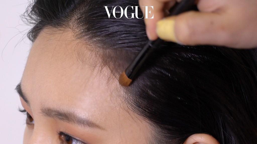 넓은 이마를 커버하기 위해 헤어 라인 주변에 셰딩을 넣었나요? '자연스럽게 표현됐다'하고 생각하는 순간부터 적어도 수십 번은 더 블렌딩 해주세요. 머리카락의 잔머리 부분에서 피부 방향으로 블렌딩해야 선이 생기지 않고 자연스럽게 이마 면적을 커버할 수 있어요.