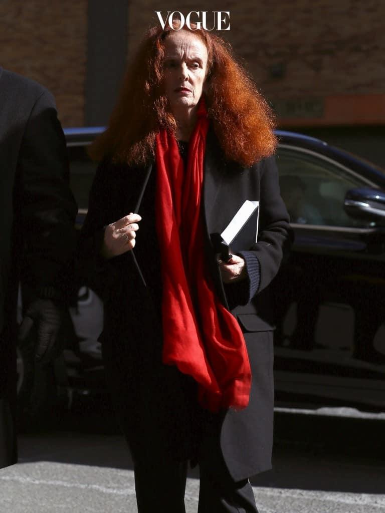 부스스하게 부풀어 오른 빨간 머리, 정갈하고 미니멀한 블랙 스타일로 범접할 수 없는 카리스마를 뿜어냅니다.