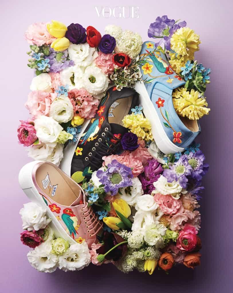 (위부터)하늘색 슬립온, 끈이 달린 검은색 스니커즈, 슬리퍼처럼 편안하게 착용할 수 있는 분홍색 신발은 슈콤마보니(Suecomma Bonnie).