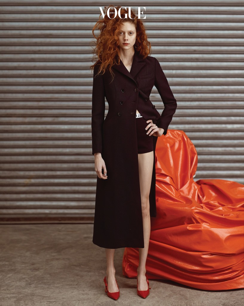 Her Orange Chair심플한 디자인의 롱 코트는 아직은 쌀쌀한 봄날 더욱 매력적인 아이템. 미니멀한 스타일은 페이턴트 레드 슬링백 펌프스로 마무리했다.