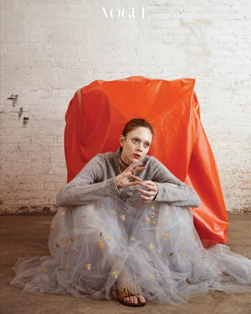 Grey's Anatomy디올 하우스를 대표할 만한 비둘기 회색. 무슈 디올이 사랑한 컬러가 포근한 스웨터와 튤 스커트로 다시 태어났다. 공주 분위기를 반전시키는 건 로고 장식 슬라이드. 화보 속 의상과 액세서리는 디올(Dior).