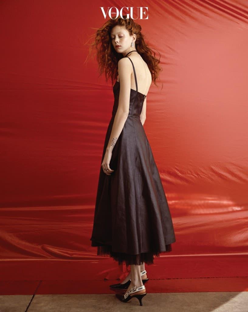 Lady in Red애리조나 출신의 빨간 머리 소녀, 나탈리. 그녀의 길고 가는 몸은 특히 클래식한 실루엣을 아름답게 소화한다. 가죽 풀 스커트 드레스 역시 불타는 듯한 붉은 머릿결과 근사한 조화를 이룬다.