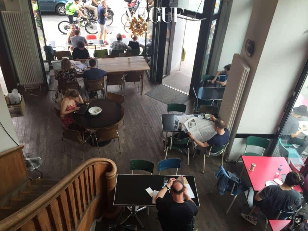미테에서 누군가를 만나기로 했다면 로젠탈러 플라츠에 있는 St. Oberholz 가 제격일 것이다. 한눈에 띄는 이 오픈 카페는 언제나 많은 사람들로 들끓는 신선함이 있다. 1,2층의 넓은 공간엔 노트북을 펼쳐놓고 있는 이들이 대부분인데 그들 옆엔 늘 신선한 커피와 갓 구운 케익과 샌드위치가 놓여 있다. 오래 머물만한 곳의 가장 큰 장점인 무료 와이파이는 덤이다.