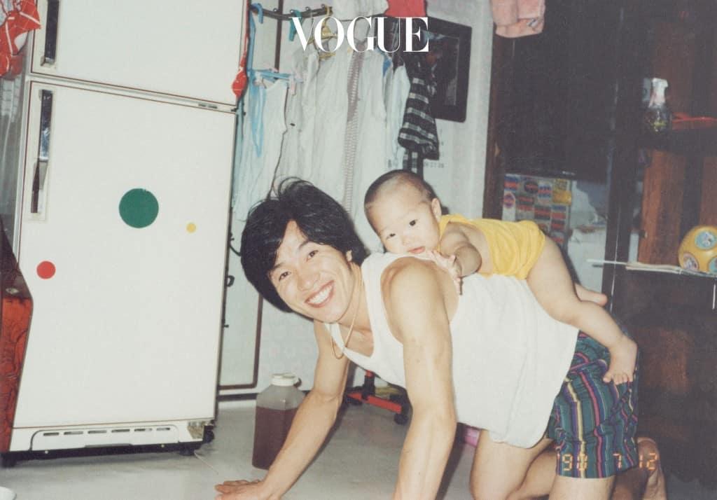 1990년 여름, 김기창과 김해솔. 어린 아들은 종종 아버지의 튼튼한 등 위에서 잠들곤 했다.