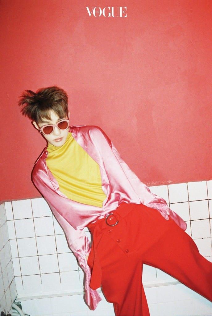 샛노란 터틀넥과 핑크색 실크 셔츠는 뮌(Münn), 와이드 팬츠는 엠포리오 아르마니(Emporio Armani), 선글라스는 카렌 워커(Karen Walker at Optical W).