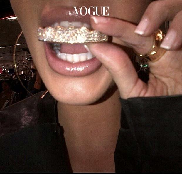 킴 카다시안 Kim Kardashian 다이아몬드 그릴을 장식하기 전에 인증샷을 남겼죠. @kimkardashian