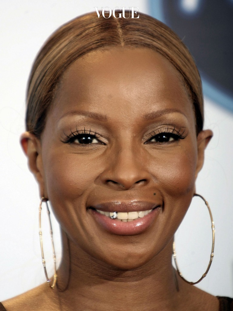 메리 제이 블라이즈 Mary J. Blige 이번엔 송곳니 일부분에 실버와 다이아몬드를 섞은 그릴을 덧씌웠습니다.