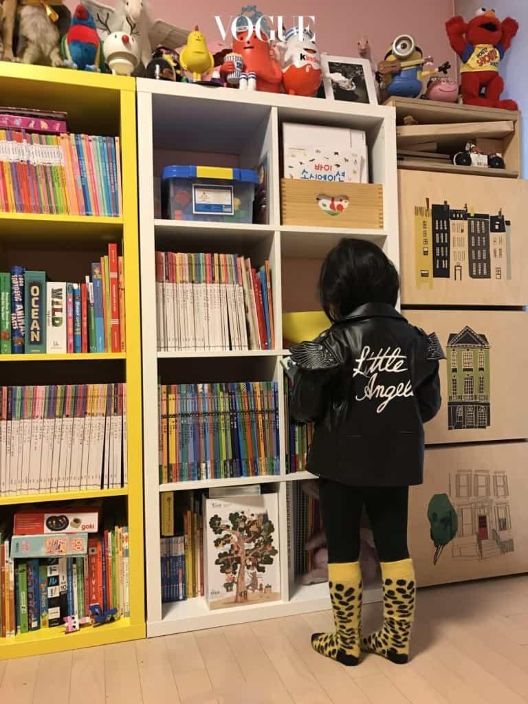 이번엔 키즈 록 시크 룩! 간절기에 유용한 아이템인 레더쟈켓과 레깅스 코디는 어른들의 룩에서 많이 보여지는데요, 아이들이 해도 귀엽네요. 노란색 레오파드 니삭스는 전체가 블랙인 코디네이션에 완벽한 아니템이네요.블랙 가죽 재킷은 아디다스 키즈(Adidas Kids), 검정 레깅스는 아메리칸 어패럴 키즈(American Apparel Kids), 노란 레오파드 양말은 보보쇼즈(Bobo Choses).