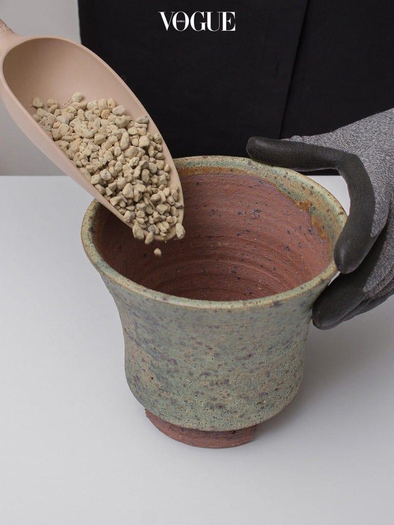 2. 난석으로 배수층을 만들어 물이 잘 빠지도록 만들어준다.
