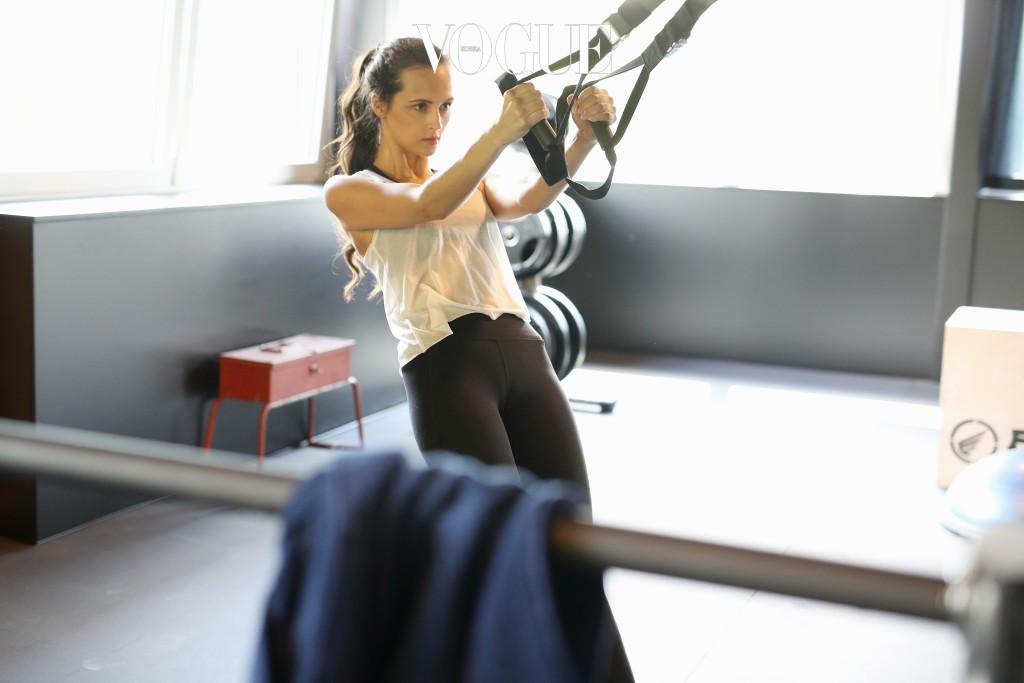2 안으로 말린 어깨를 펴기 위해서는 등 근육을 키워주는 운동이 꼭 필요해요. 삼각근 운동을 집중적으로 해서 등 근육을 키워주는 것이 해결책! 삼각근은 어깨와 팔이 만나는 지점에 있는 근육이랍니다. 아령 또는 물을 가득 채운 물병을 들고 꾸준히 근력 운동을 해주면 조금씩 넓어지는 어깨를 눈으로 확인할 수 있어요.