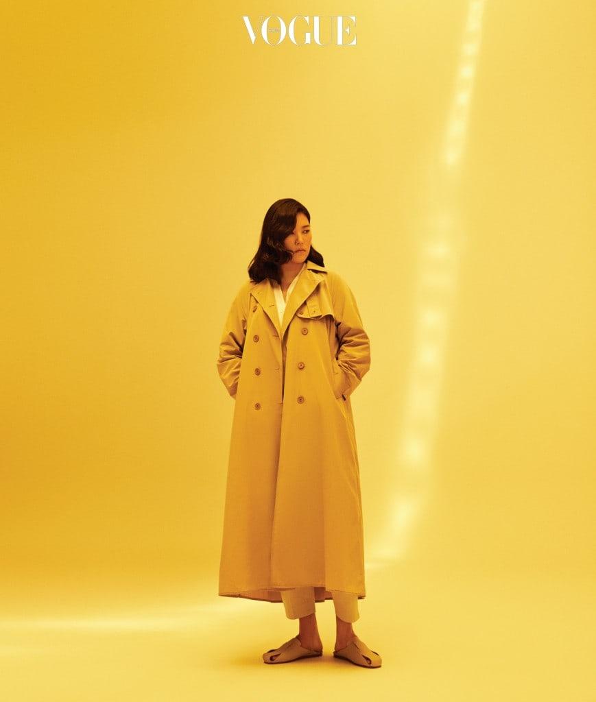 트렌치 코트는 라코스테 컬렉션(Lacoste Collection), 셔츠는 유돈초이(Eudon Choi), 팬츠와 슬리퍼는 코스(Cos).