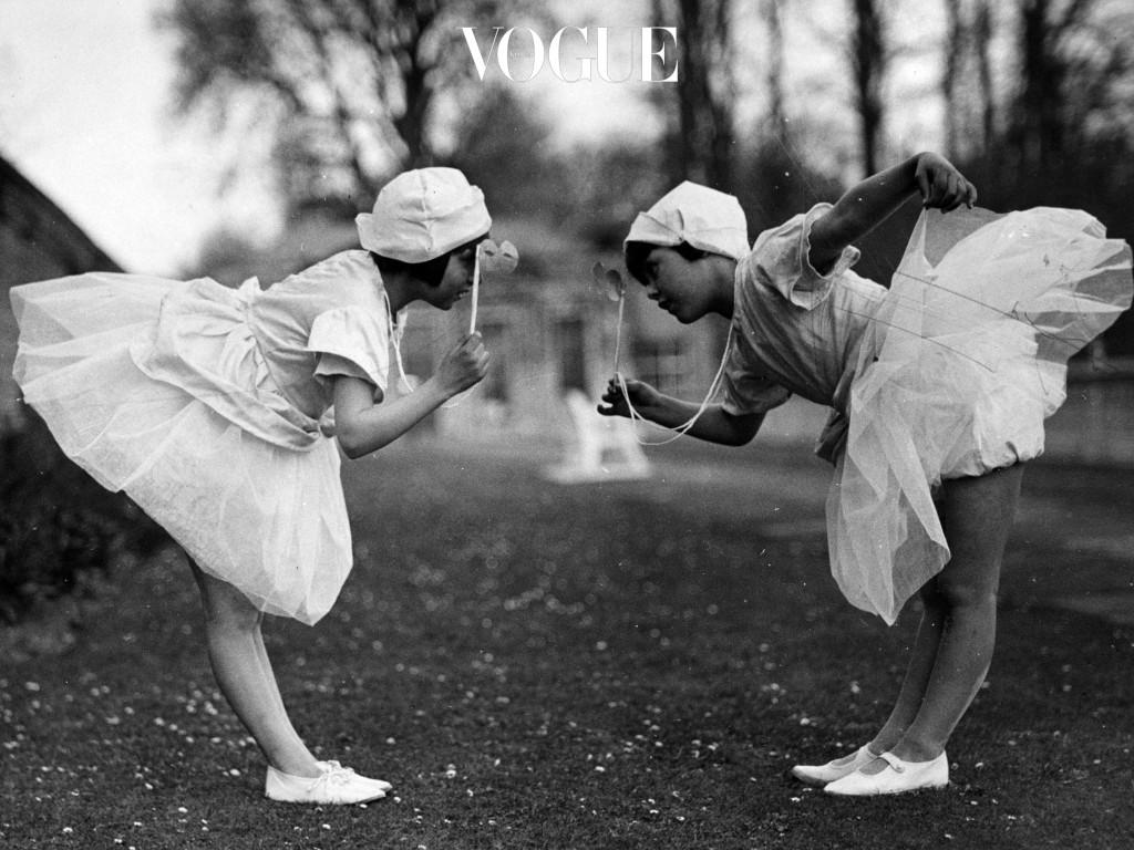 그래요, 눈치채셨겠죠. 앞의 사진의 벨라 하디드와 뒤의 사진의 셰어는 '도플갱어, 데쟈뷰'라는 말을 들어도 이상하지 않을 만큼 비슷한 스타일을 하고 있습니다. 무려 18년의 간극이 있음에도 불구하고 말이에요! 2017/03/18 – 2000/06/26