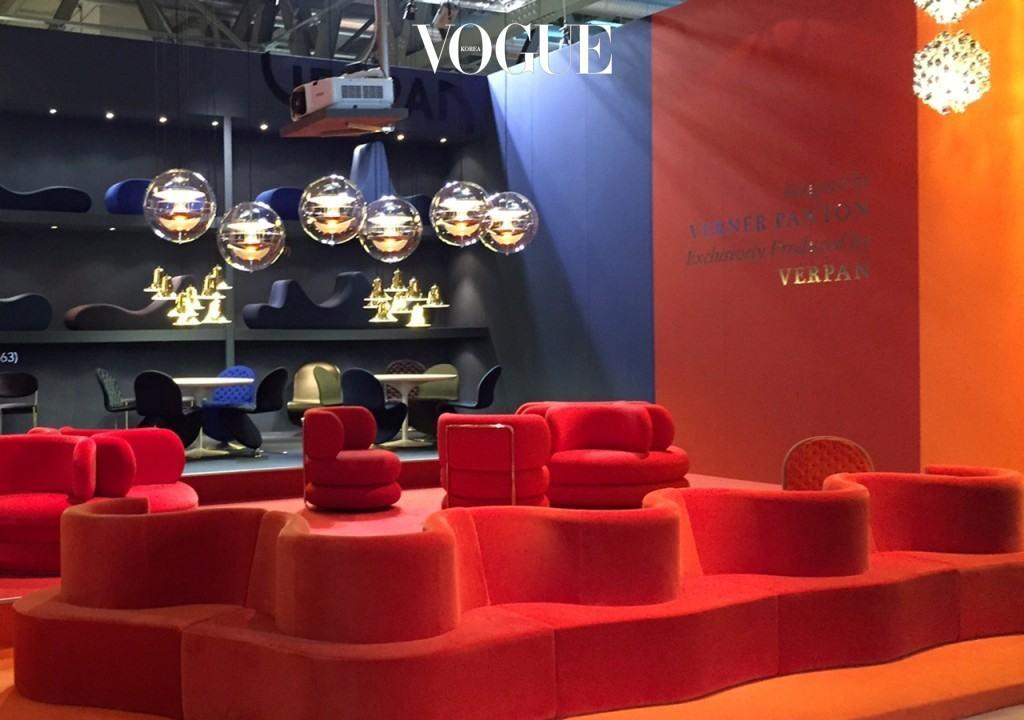 2015년 밀라노 가구박람회 (Salone del mobile)의 verpan(베르너 판톤을 줄여 만든 회사) 부스에 매달려 있는 Globe조명. 강렬한 레드색상의 클로버립(Cloverleaf) 소파에 빛을 더해 몽환적이고도 원초적인 분위기의 공간을 연출한다.