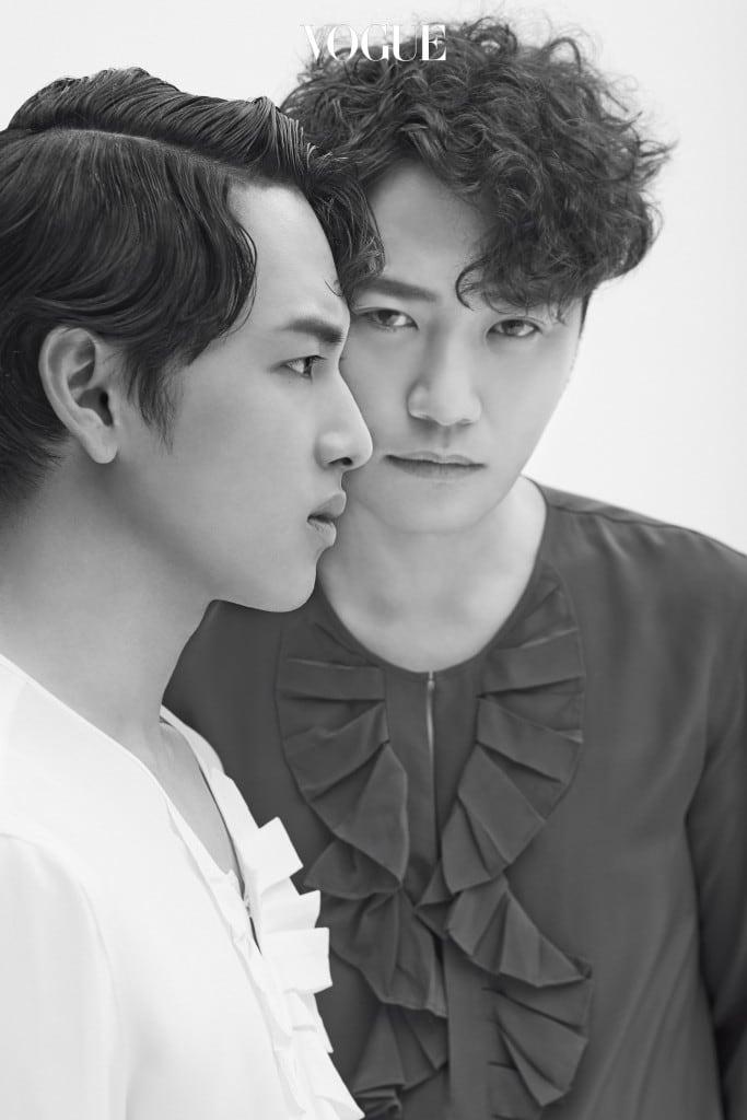 임시완과 진구가 커플 룩으로 입은 러플 블라우스는 김서룡(Kimseoryong).