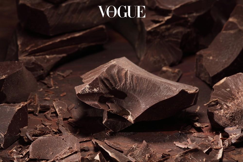 초콜릿의 카페인은 지방을 분해하는 효과가 있어요. 카테킨 성분이 식욕을 억제해주기 때문에 식전에 먹으면 식욕을 조절하는 효과도 얻을 수 있죠. 단, 소량 섭취가 원칙이며 카카오 함유량 50%이상이어야 한다는 걸 잊지 마세요.