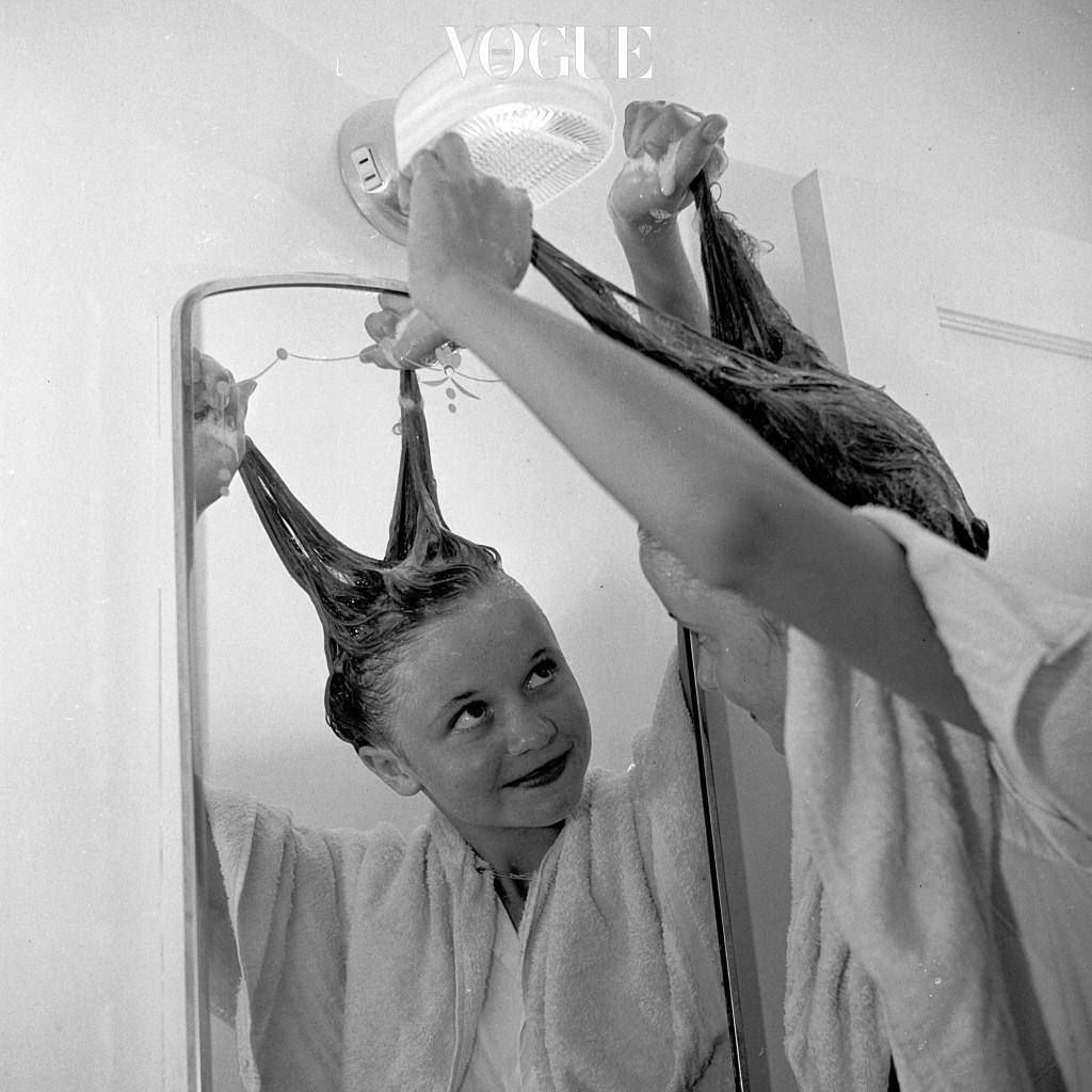 - 등에 묻은 샴푸나 컨디셔너/ 헤어팩/ 트리트먼트 꼼꼼하게 닦아내기 머리카락이 닿는 부위에 집중적으로 여드름이 생긴 경우 의심해봐야 합니다. 샤워를 하고 난 뒤 각종 단백질 성분과 보습 성분, 식물성 오일이 들어간 세정제의 잔여물이 등에 남게 되면 모공을 막아 여드름을 키우기 때문이죠.
