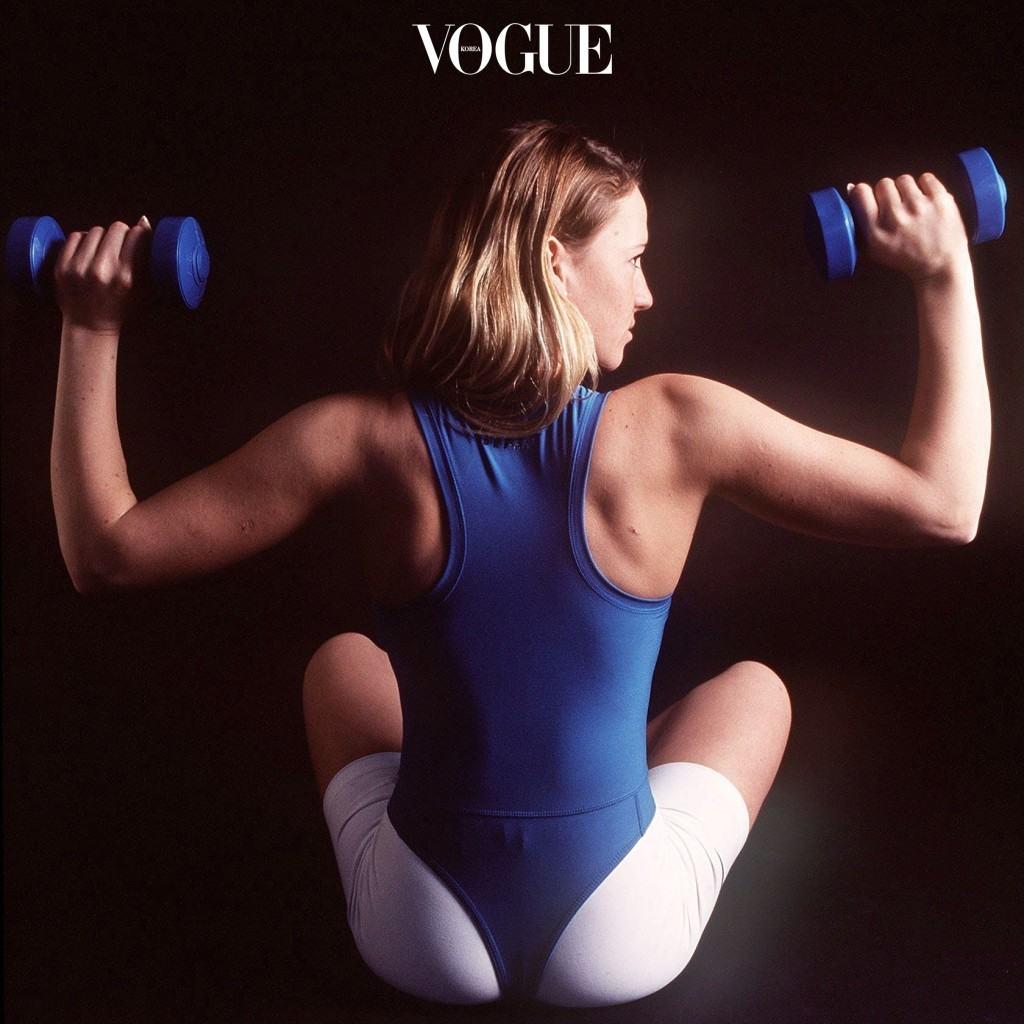 - 데드리프트(Deadlift) 어깨너비만큼 다리를 벌리고 덤벨이나 바벨을 일직선으로 되게 잡은 다음, 허리를 편 상태에서 상체를 앞으로 숙인다는 느낌으로 내려간 후 일어나는 운동. 전반적인 상체 운동이라 운동량이 높지만, 허리 부상이 높기 때문에 몸의 긴장을 계속 유지한 채로 해야 합니다.