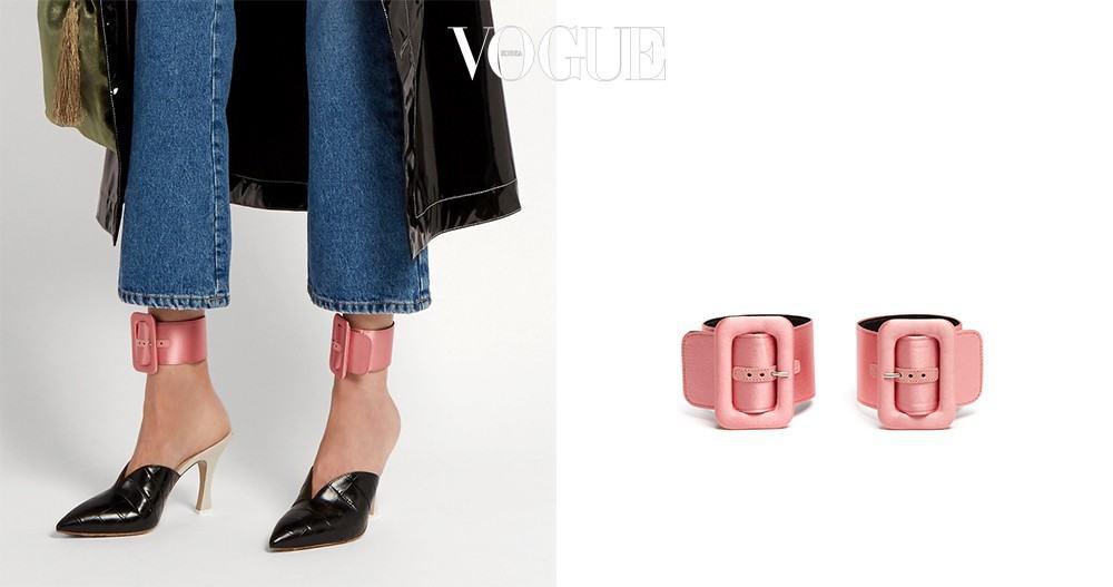 평범한 신발에 포인트를 주는 앵클 스트랩. 팔찌로도 사용할 수 있다. 아티코의 로즈 핑크 컬러 새틴 버클 스트랩, 매치스패션(matchesfashion.com).