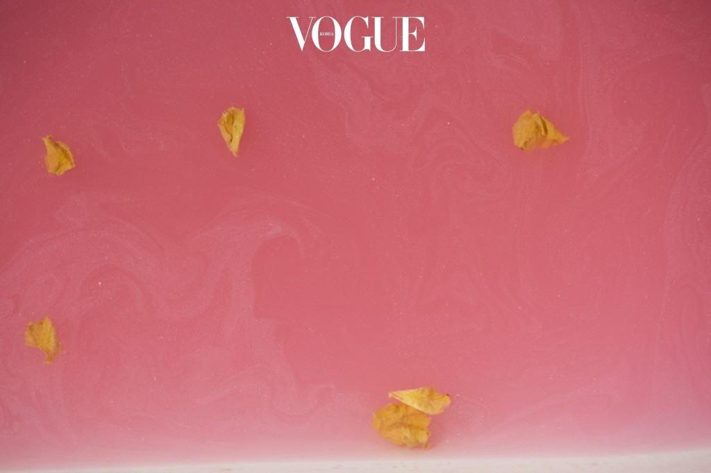 김이 모락모락 나는 욕조에 밤쉘을 떨어뜨리면 황금빛 꽃의 서사시가 펼쳐진다. 향기도 컬러도 '진하디 진한' 입욕제.
