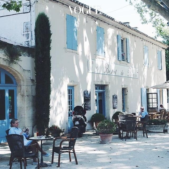 Le Bistro du Paradou알필 근처에 자리한 비스트로는 프로방스를 느끼기에 완벽한 곳. 그 누구도 서둘지 않고, 그 누구도 찌푸리지 않는 곳. 이곳에서는 프랑스 남부의 전원풍 식사를 맛볼 수 있다. 물론 가장 큰 매력은 따스한 햇살 속에 앉아 여유를 즐기는 것.57 Avenue de la Vallée des Baux, 13520 Paradou+33 4 90 54 32 70
