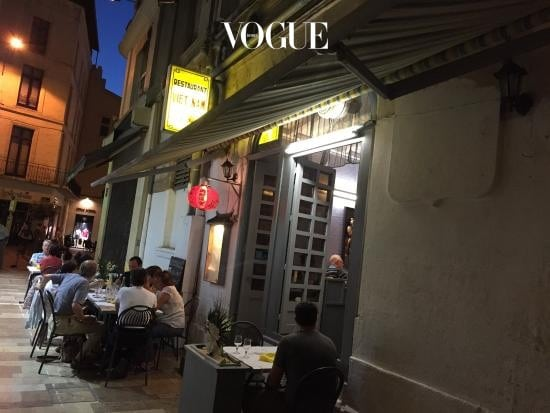 Le Viet Nam아비뇽 골목에 숨은 작은 베트남 식당. 프랑스 음식이 입맛에 맞지 않는다면, 프로방스에서 선택권은 넓지 않다. 그럴 때 일본 혹은 태국, 그리고 베트남 식당은 좋은 옵션이다. 슬슬 따뜻한 국물 요리가 생각날 때쯤 만난 이곳의 쌀국수는 충분히 훌륭했다. 참, 이 작은 골목을 나오면 코너에서 만나는 약국은 화장품 및 약품 쇼핑하기에도 좋다.6 Rue Bancasse, 84000 Avignon +33 4 90 85 60 97