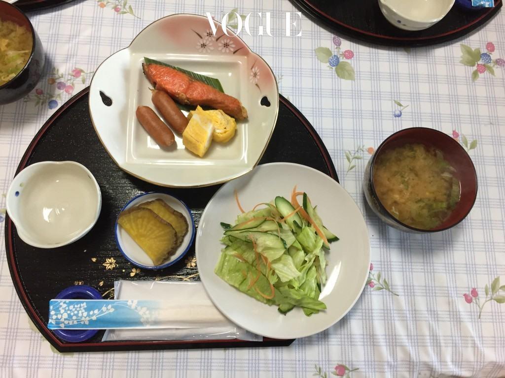 일본식의 달콤한 달걀 말이, 타마코야키는 민숙뿐 아니라 호텔이나 료칸 조식에서도 빠지지 않는 필수 메뉴다. 무를 강판에 갈아 체에서 물기를 제거하고 간장을 뿌린 뒤 함께 먹으면 아주 그만이라 술안주로도 강력추천. 이렇게 만든 타마코야키를 단촛물로 맛을 낸 초밥(식초와 설탕, 소금을 한소끔 끓여 낸 단촛물을 밥에 넣고 섞으면 된다) 위에 얹으면 달걀말이 초밥이 완성된다.