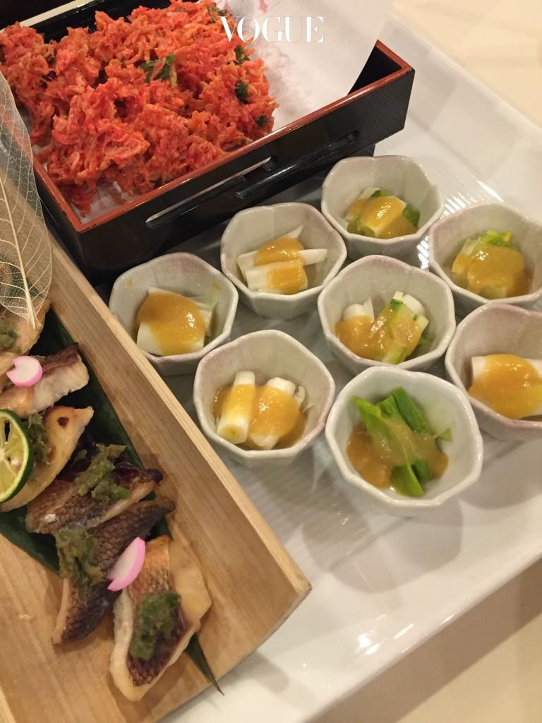 겨자(카라시)와 식초(스), 미소된장을 섞어 만든 소스 이름이 바로 '카라시스미소'다. 연겨자의 매콤한 맛에 식초의 새콤한 맛이 더해지는데, 각종 해물과 해초 그리고 데친 채소와 잘 어울리는 맛. 꼭 초고추장 같은 느낌으로 잘 어울리는 식재료도 비슷하다. 일본에서는 주로 데친 채소, 봄나물 등에 곁들여 먹었는데 집에서 쉽게 구할 수 있는 대파와 오징어를 데쳐 함께 곁들여도 된다.