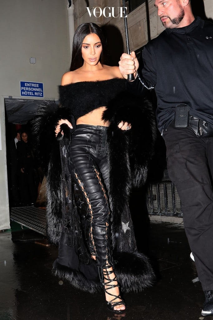 Kim Kardashian, her sister Kourtney leave the Ritz hotel and go to the Costes Restaurant with their mother Kris Jenner. Paris, France on the 30th September Pictured: Kim Kardashian Ref: SPL1366157  011016   Picture by: KCS Presse / Splash News Splash News and Pictures Los Angeles:310-821-2666 New York:212-619-2666 London:870-934-2666 photodesk@splashnews.com