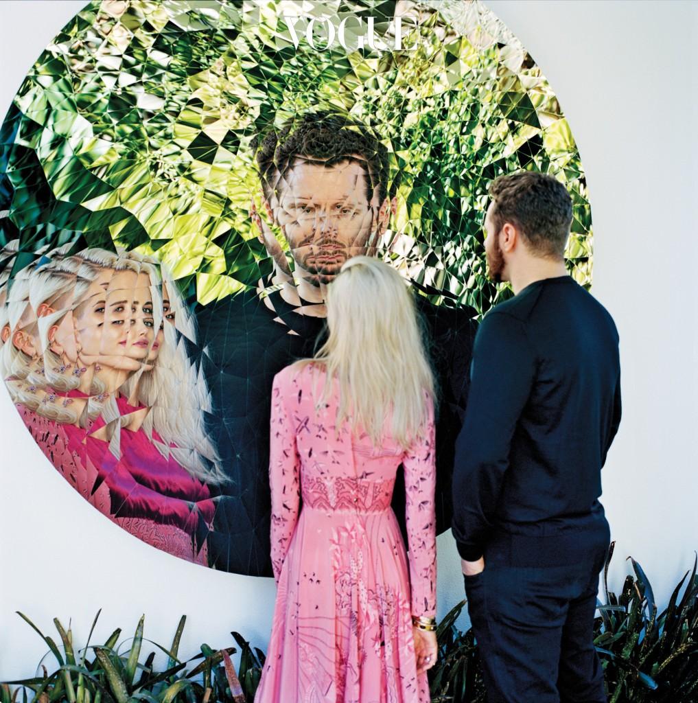 LOOKING AHEAD파커 부부의 로스앤젤레스 집. '랜덤 트라이앵글 미러(Random Triangle Mirror)'는 아니시 카푸어의 2016년 작품. 숀 파커가 입은 스웨터는 돌체앤가바나(Dolce&Gabbana), 알렉산드라 파커가 입은 드레스는 발렌티노(Valentino).