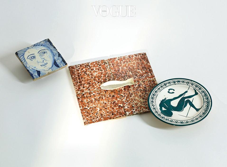 초상화가 그려진 델프트(Delft) 타일, 물고기 모양이 있는 대리석 타일들, 네덜란드 아티스트 마할리 뢰스(Magali Reus)의 접시.
