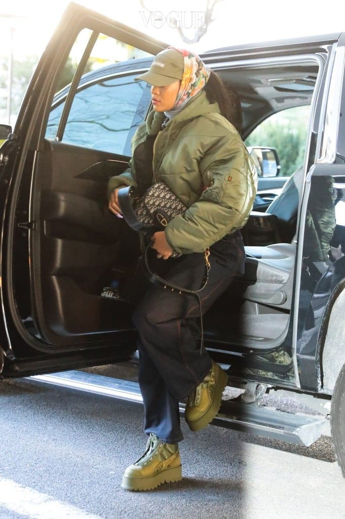 Rihanna arriving at a dental office in New York, NY.  Pictured: Rihanna Ref: SPL1466139  230317   Picture by: NIGNY / Splash News Splash News and Pictures Los Angeles:310-821-2666 New York:212-619-2666 London:870-934-2666 photodesk@splashnews.com