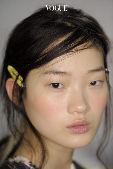 태양의 키스를 받은 듯 콧등까지 발그레하게 물들인 자크뮈스의 모델. 자연스러운 핑크 빛 덕분에 피부가 한결 건강해 보이죠?