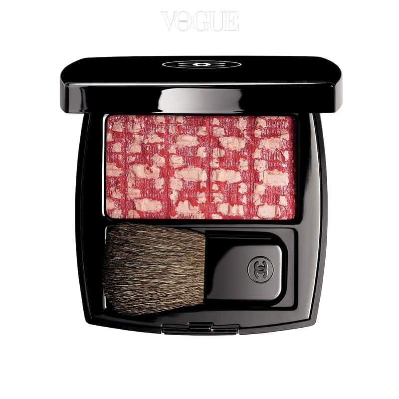 샤넬의 '레 티샤쥬 드 샤넬 110 셰리 블로썸' 만개해 흐트러진 벚꽃처럼 아름다운 핑크로 혈색을 살려줍니다. 가격 6만5천원.