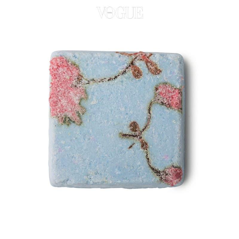 50%의 바다 소금으로 이루어진 보디용 고체 스크럽이에요. 각질 제거가 필요한 부위에 직접 대고 부드럽게 쓸어주기만 하면 ok! 봄 기운 물씬 풍기는 벚꽃 패턴이 새겨져 있죠.