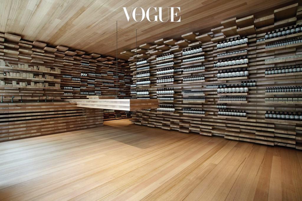 생토노레 매장에는 길이가 다른 3,500개의 원목 판이 기하학적으로 쌓여 있다. 이솝의 파트너 중 하나인 마치 스튜디오의 로드니 이글스톤이 참여한 공간이다.