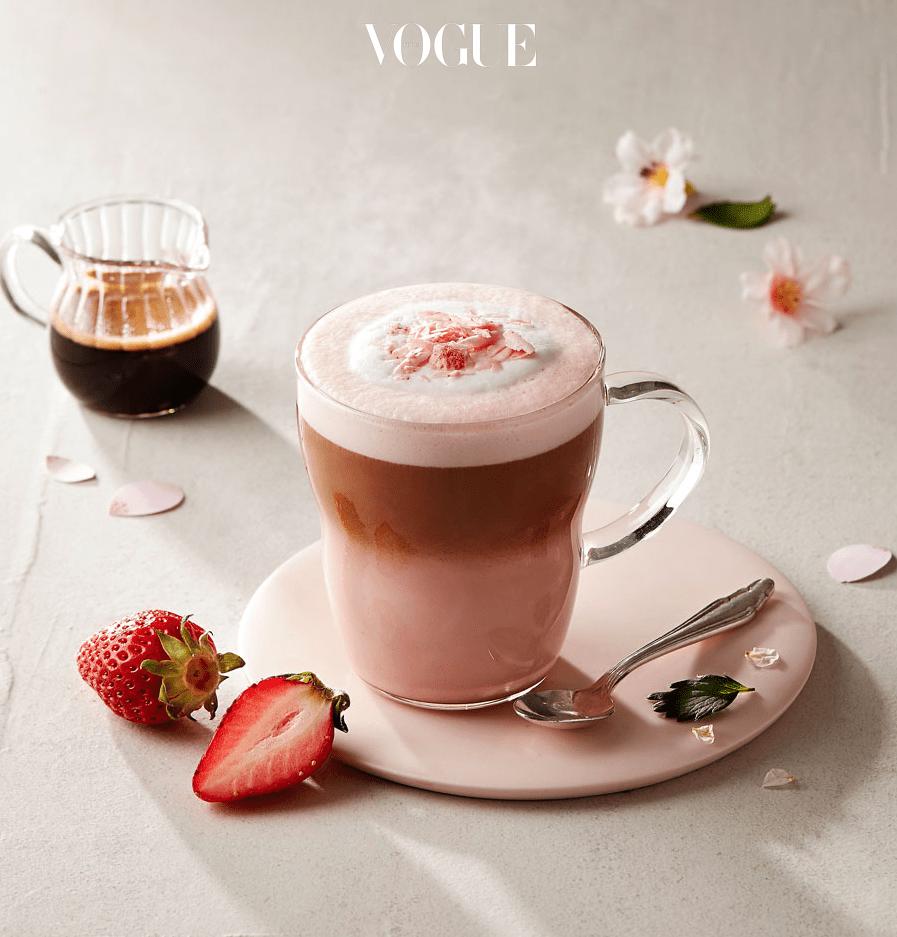 흐드러진 벚꽃을 음료로 즐기는 방법! 달콤한 화이트 초콜릿 모카 소스와 딸기와 체리, 벚꽃 향이 가미된 에스프레소 샷이 들어간 음료.  진짜 벚꽃을 마시는 듯한 향긋한 향이 매력적이랍니다.