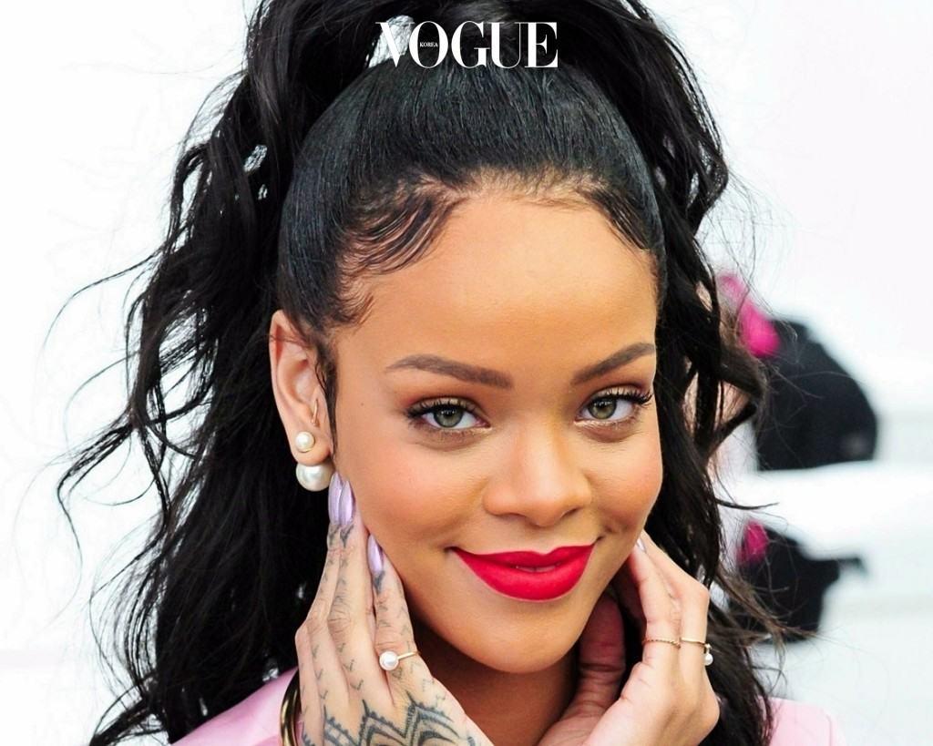 이 '잔머리 살리기 권법은 머리를 묶었을 때 특히 그 빛을 발하는데요, 어느 쪽에 얼마큼 잔머리를 연출하느냐에 따라 분위기까지 반전시킬 수 있죠. 리한나 Rihanna