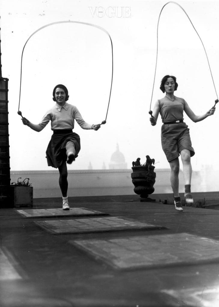 운동하라운동을 하면 신경전달 물질인 엔도르핀이 분비되요. 기분이 좋아지고 각성 효과가 높아져 마음이 안정되죠. 또한 스트레스 호르몬을 모두 소모시키고, 온 몸에 뿌려진 '먹으라'는 신호를 거둬들이기 때문에 식욕 억제 효과도 있답니다.