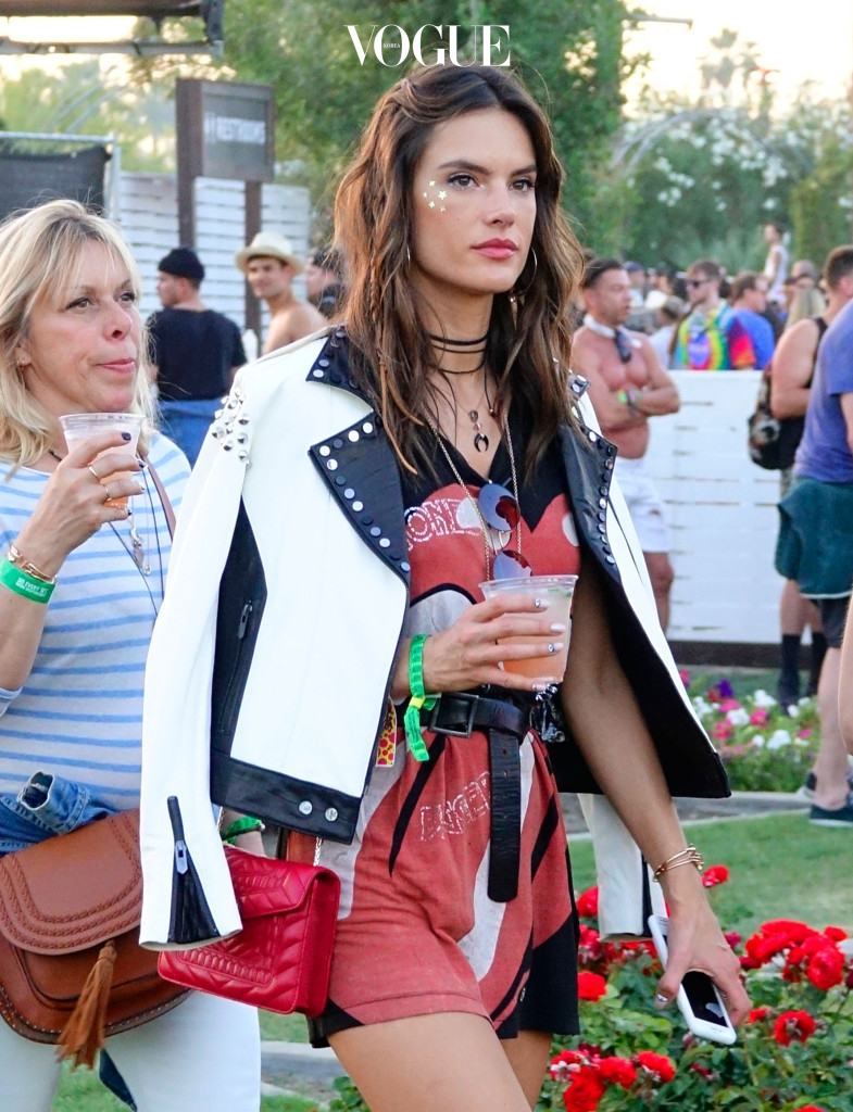모델 알렉사드라 엠브로시오도 '관자놀이 글리터'로 멋을 낸 모습입니다.