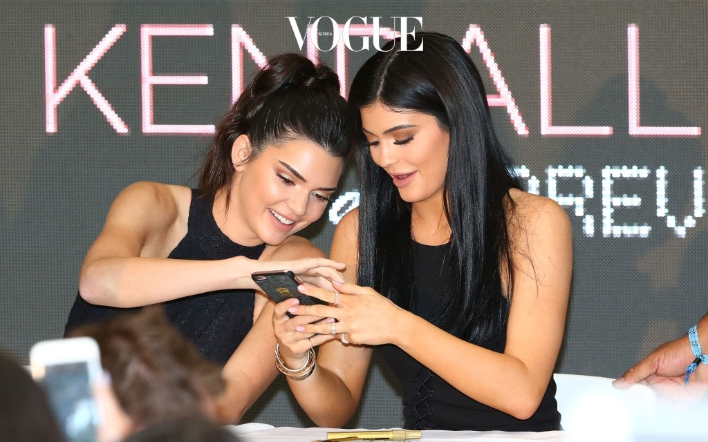 MELBOURNE, AUSTRALIA - NOVEMBER 18:  Kendall Jenner and Kylie Jenner look at their mobile phones as they arrive at Chadstone Shopping Centre on November 18, 2015 in Melbourne, Australia.  (Photo by Scott Barbour/Getty Images)