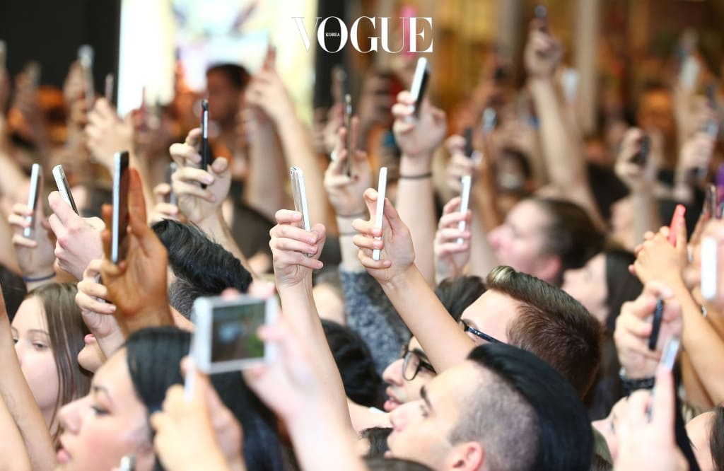 MELBOURNE, AUSTRALIA - NOVEMBER 18:  Fans in the crowd hold their mobile phones aloft as they wait for Kendall Jenner and Kylie Jenner to arrive at Chadstone Shopping Centre on November 18, 2015 in Melbourne, Australia.  (Photo by Scott Barbour/Getty Images)