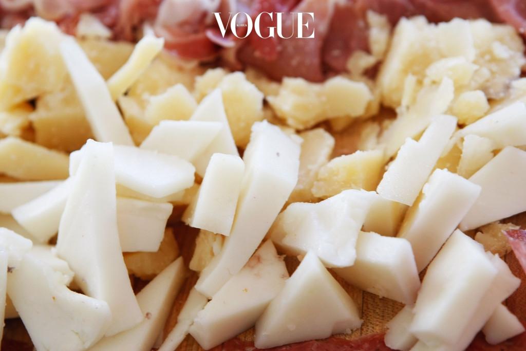 가슴   치즈나 치즈를 베이스로 한 가공식품에 들어있는 유지방은 가슴살을 찌우는 주범! 우유와 치즈 속에는 여성 호르몬 분비를 촉진시키는 성분을 포함한 단백질이 많이 들어있어 가슴을 비대하게 만듭니다. 부담스러운 가슴 살과 상체가 비대해 보이는 것이 고민이라면 과감히 유지방을 끊어보세요.