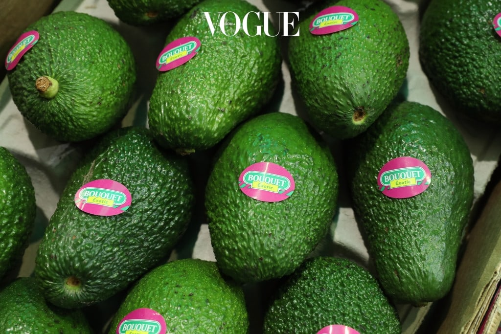 아보카도  아보카도는 비타민B, 비타민E 등의 영양이 풍부한 만큼 지방을 많이 함유한 것으로도 유명하죠. 100g의 아보카도는 180kcal 로 22그램의 지방을 포함하고 있어요. 아무리 몸에 좋은 과일이라고 해도 많은 양을 섭취하는 건 금물!