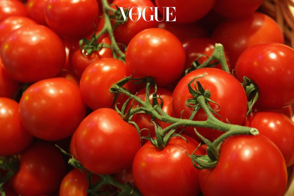 토마토 토마토는 100g당 18kcal로 열량이 매우 낮을 뿐 아니라 노화를 방지해주고 부기를 제거해주는 효과도 있어 최고의 과일로 꼽히죠. 식이섬유와 미네랄 역시 풍부해서 피부 미용에도 좋은 건 두말하면 잔소리! 그렇다면 케첩은? 설탕이 듬뿍 들어간 토마토 케찹은 토마토 가문에서 패밀리로 인정하지 않는다는 군요.