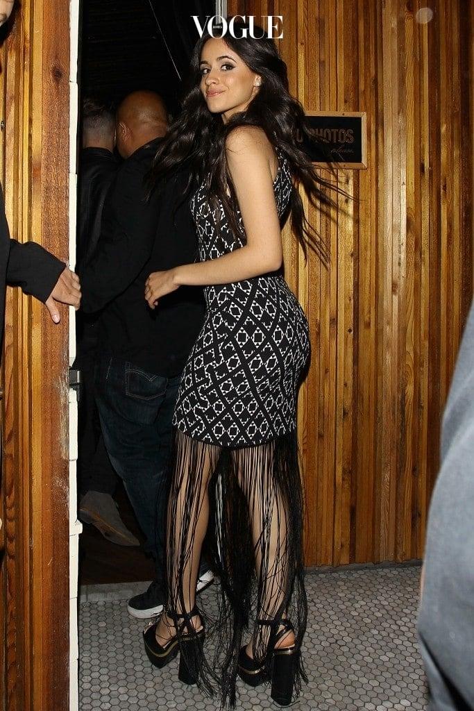 또는 섹시한 반전이 있는 프린지 장식 드레스를 입는 카밀라.
