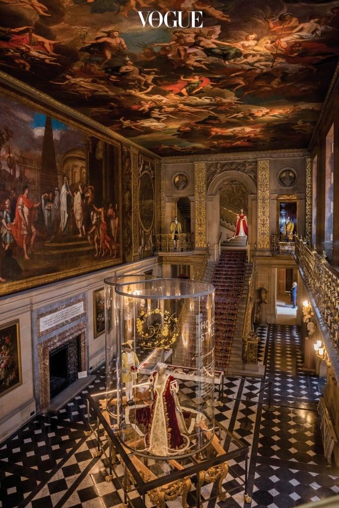 영화  속에 등장했던 채즈워스 저택의 풍경. 저택 입구에는 공작 부인이 엘리자베스 2세 여왕 대관식에 입었던 드레스가 자리하고 있다.