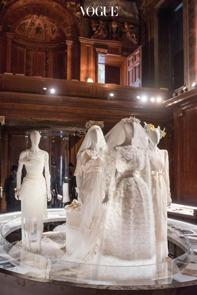 캐번디시 가문의 여인들이 입었던 웨딩드레스들. 왼쪽 끝이 헬무트 랭이 디자인한 스텔라 테넌트의 드레스.