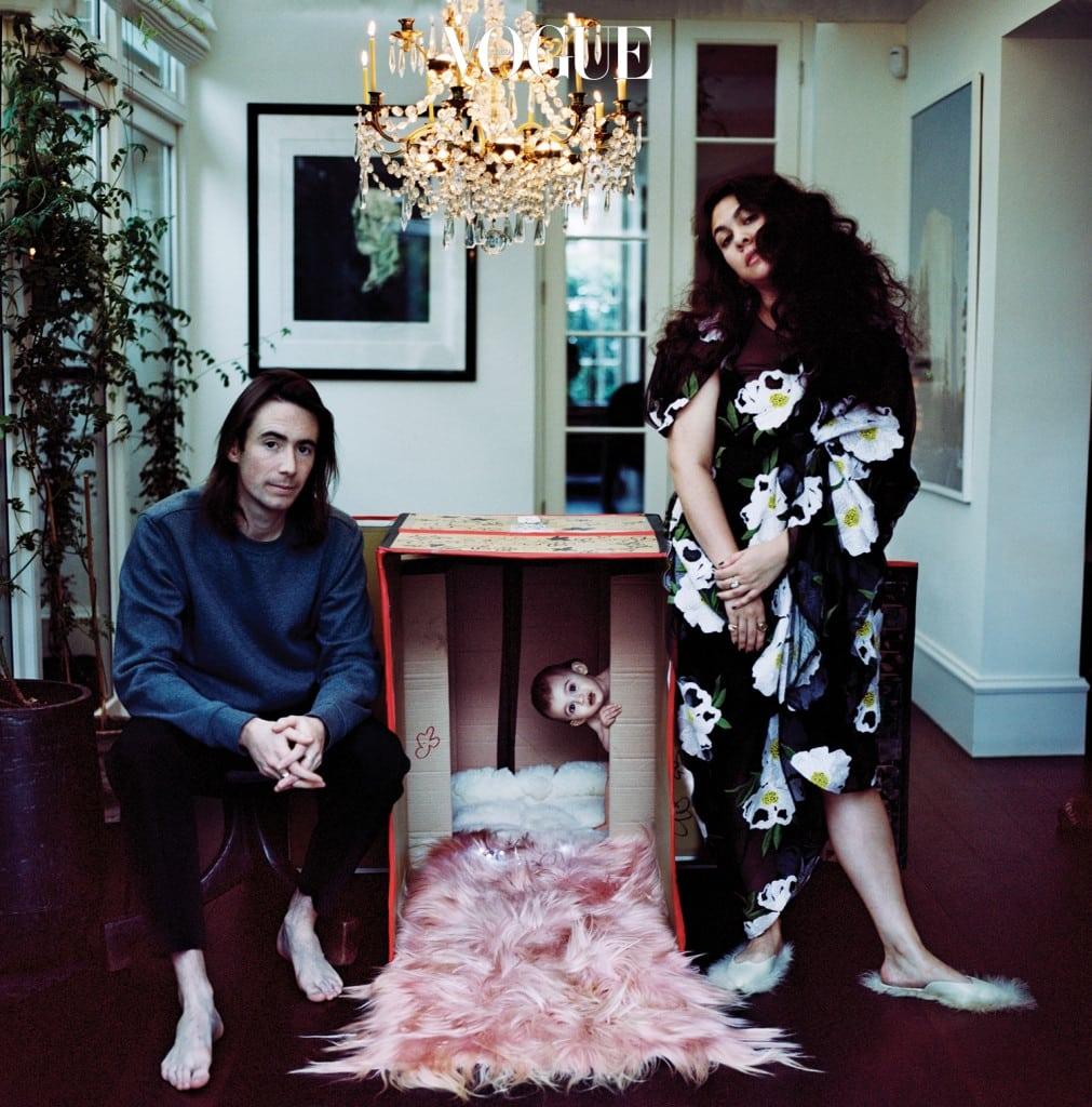 런던 집에서 영화 촬영 감독인 남편 오언 맥로플린,  딸 발렌타인 밍 맥로플린과 함께한 시몬 로샤.