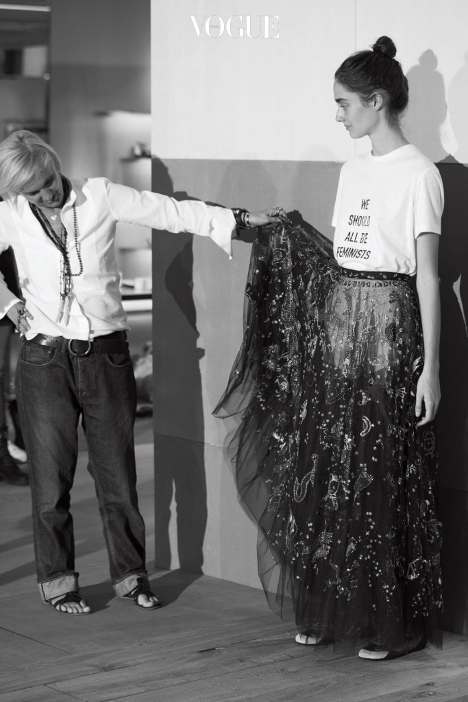 데뷔 컬렉션인 2017 S/S 컬렉션을 마지막 점검 중인 마리아 그라치아 키우리.