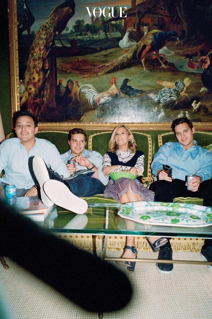 자신의 집 거실에서 세 아들 소이어, 닉, 헨리와 토리 버치의 단란한 모습.